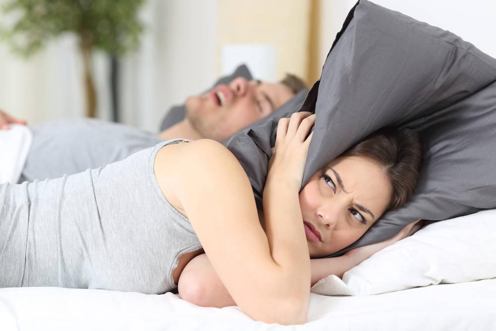 Si roncas fuerte al dormir, puede que tengas apnea del sueño